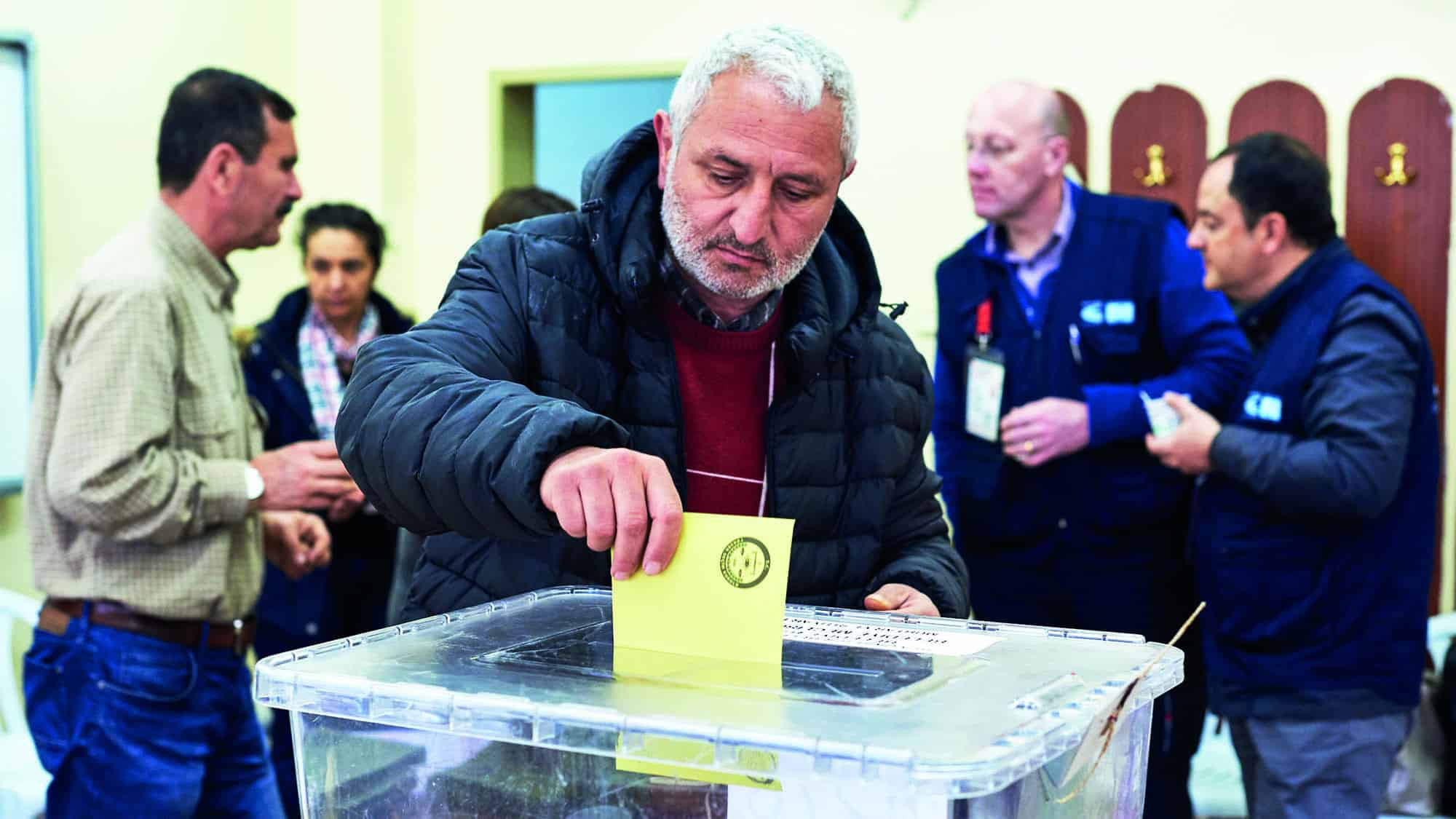 A man voting at the Turkish local government elections