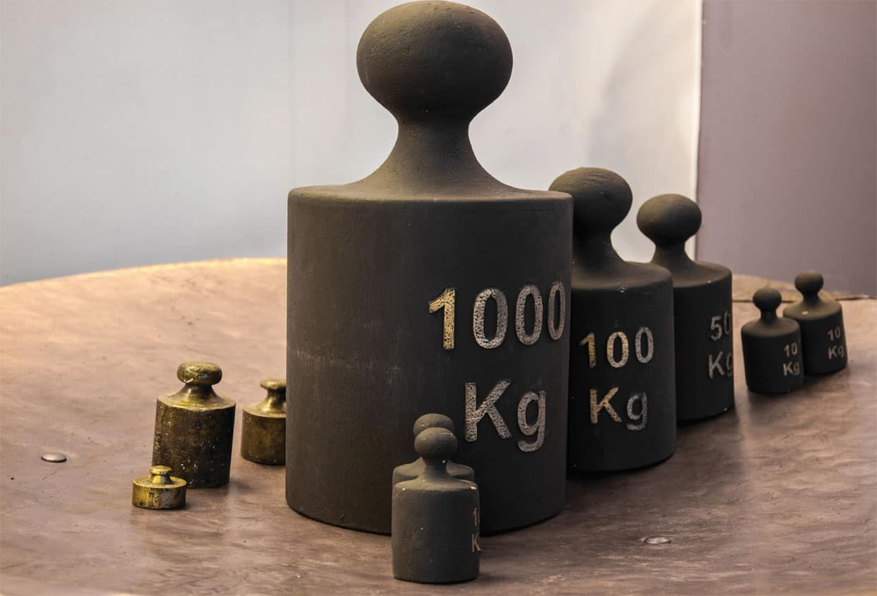 A set of large weights ranging from 1000kg to 10kg